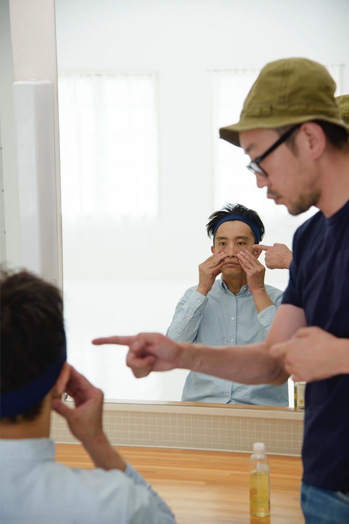 ヘアメイク矢口さんの指導を受けながら、ライターのコーヅがフェイスマッサージに初挑戦。徐々にイケメンになってきた?!