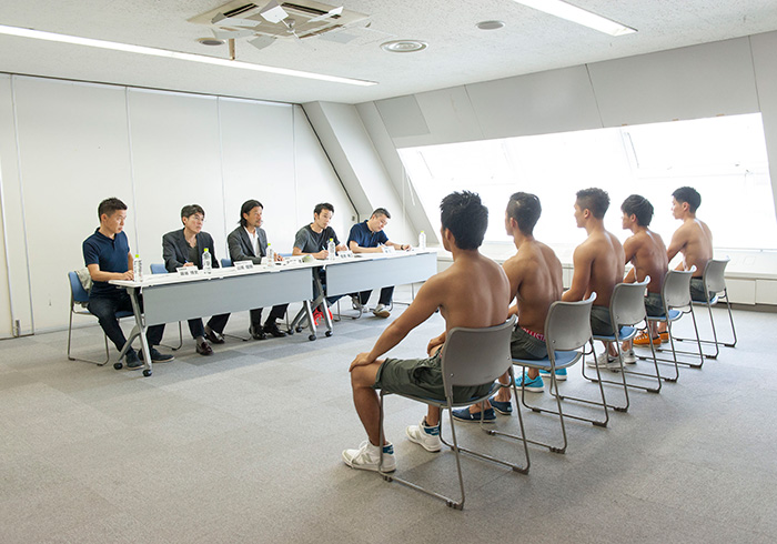 最終選考の面接風景。男性は上半身裸という前代未聞の面接でした。