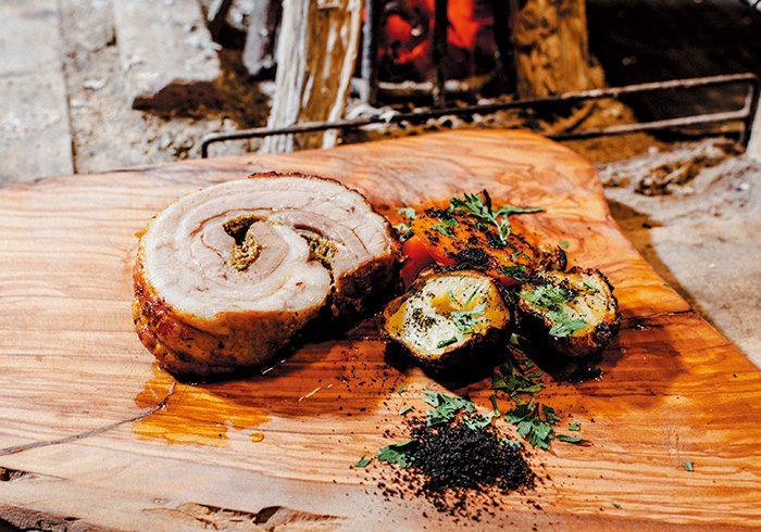 じっくりと火を通し、仕上げに炭火で表面を焼いたポルケッタ¥2,500 塩、こしょう、スパイスを巻きこんであるのが特徴。ローマやウンブリア、ヴェネチアなどの郷土料理。