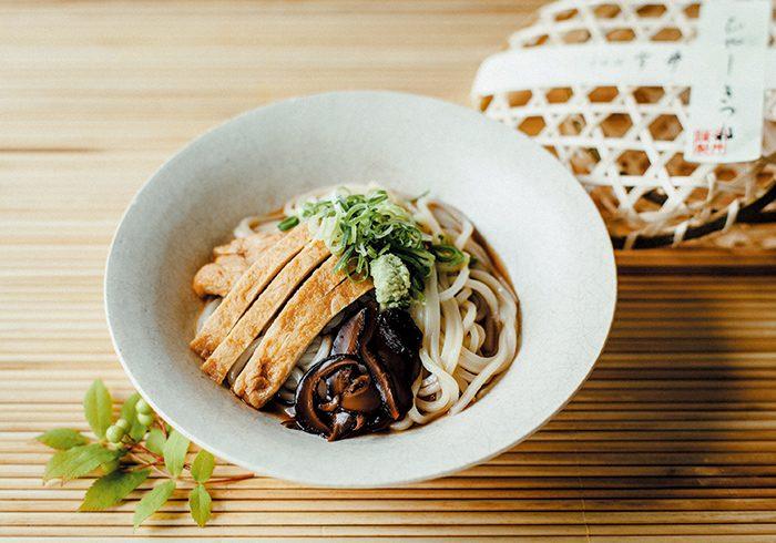 昭和21年創業の老舗の自慢は、北海道産の天然昆布と九州産のさば節とうるめ節を使った、しみじみと味わい深い出汁。ひやしきつね1人前¥734*税込み(~8月31日までの販売)