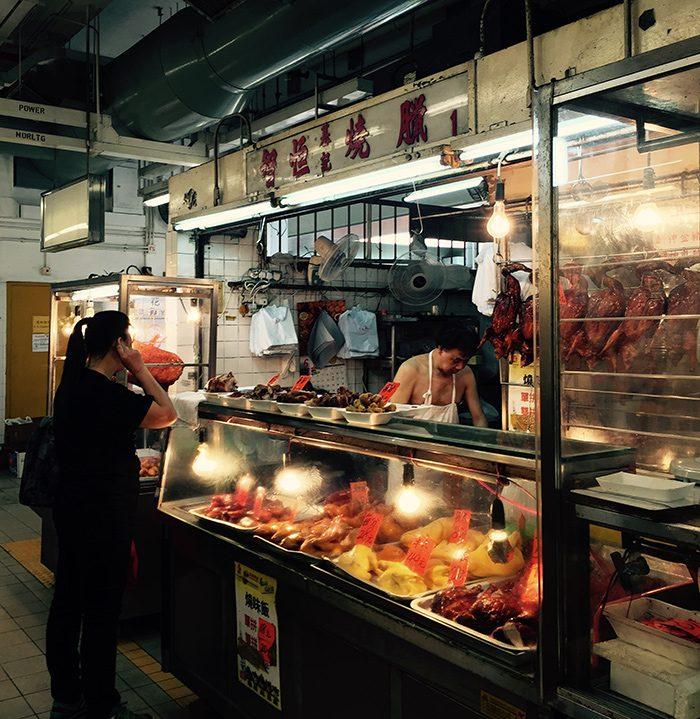 店番をしながら猫をひたすらなでまわしているだけのおじさん、裸エプロンで肉をさばくおじさん…いろんなおじさんがいたるところにいるのが、香港です。