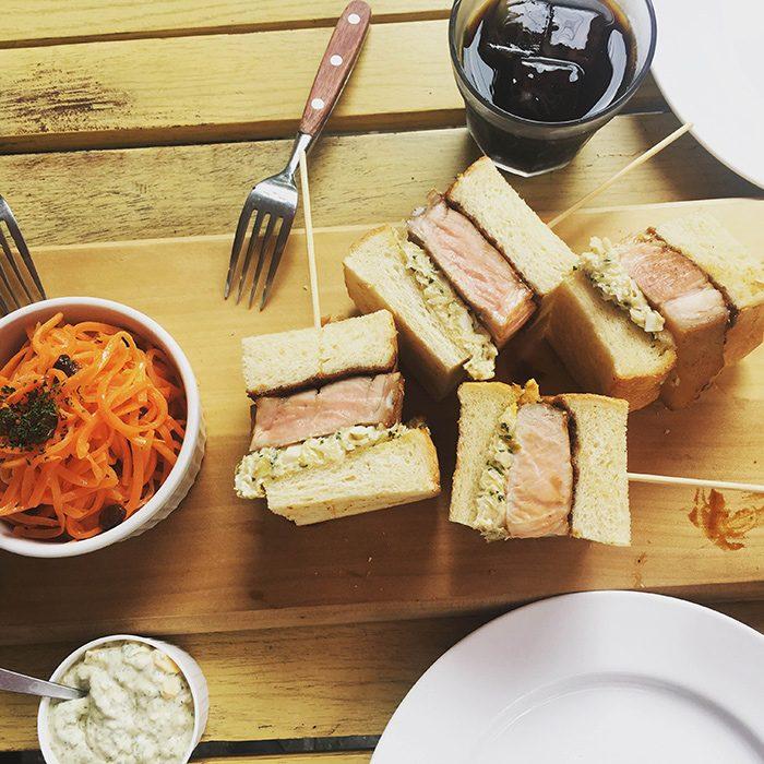 本誌では、お肉の専門店のサンドイッチ企画でご紹介した〈フレンチデリカテッセン カミヤ〉の週末限定、ローストポークサンドイッチ。試食用に切って頂きました。