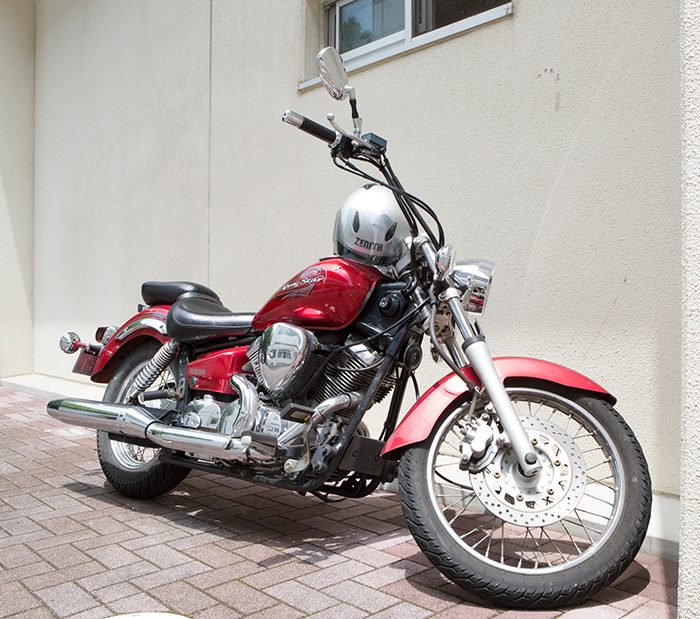 練習先の拓殖大学には愛車のバイクで。「この時季、バイクで走るのはすごく気持ちいいですよ!」