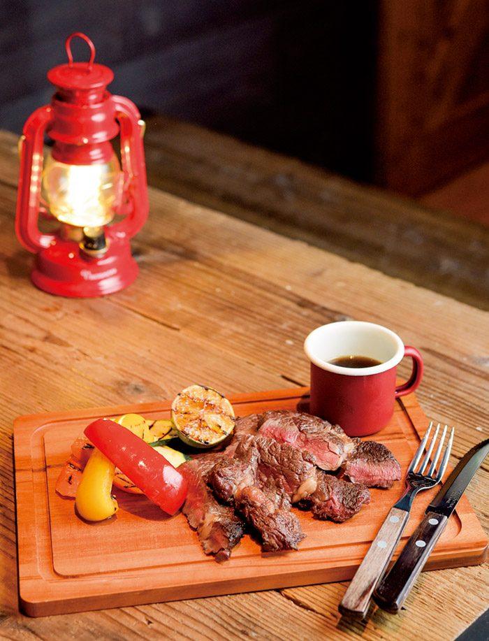 特製だれを刷毛でつけながら食べる、リブロースの薪焼き(200g)2980円。
