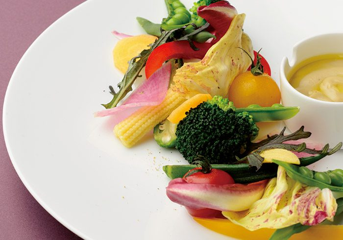 彩り豊かな有機野菜のバーニャカウダ1400円。