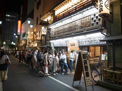 ある土曜日の『末廣亭』。21時30分開演の深夜寄席を待つ行列ができていた。盛り上がってます!