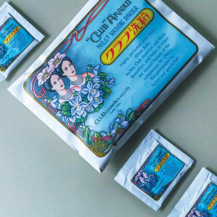 発売は1906年(明治39年)という、超ロングセラーの洗顔料。吸着性に優れた小麦由来の天然成分と、保湿力たっぷりのスキムミルクなどで、しっとりつるつるの洗い上がり。〈クラブコスメチックス〉の「クラブ洗粉」3g×30包 ¥1,500(クラブコスメチックス □0120-16-0077)