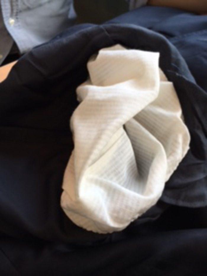 「この袖裏。腕を通してみてください。気持ちいいですよ」と松島さん。自慢のジャケットは「シャンパンジャケット」と命名。その由来は誌面でご確認くださいね。