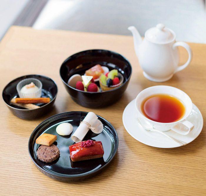 アフタヌーンティーセット2000円。焼き菓子、プティサイズケーキ、軽食などが入っている。内容は季節替わり。ドリンクは紅茶やコーヒー、アルコールなどから選べる。