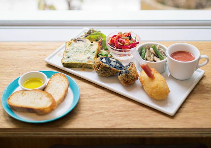 ランチプレート1200円は、11:00~15:00限定。コロッケを2つ選べる。写真は、イカスミバジル、プレーン。ケークサレ、野菜惣菜2種などが付く。