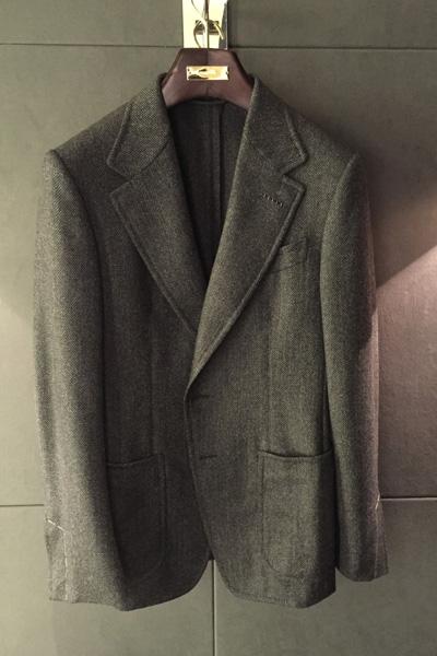 2ヶ月以上探し続けたツイードジャケット。こちらは、本誌でも紹介している〈トム フォード〉の一着。これくらい大人な顔をしたジャケットが、いつものカジュアルなスタイルに合うということを、本誌で確かめてみてください。