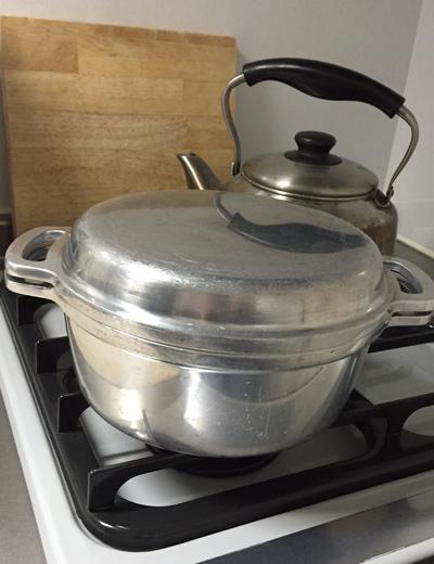 2サイズあるうちの小さいほうを所有。最近の活躍は小振りのトウモロコシを茹でたり、ラタトゥイユやチキンアドボ(手羽先の醤油煮込み)をつくったり。煮こぼれの焦げ跡は「激落ちくん」で擦ればあっという間にキレイになります。
