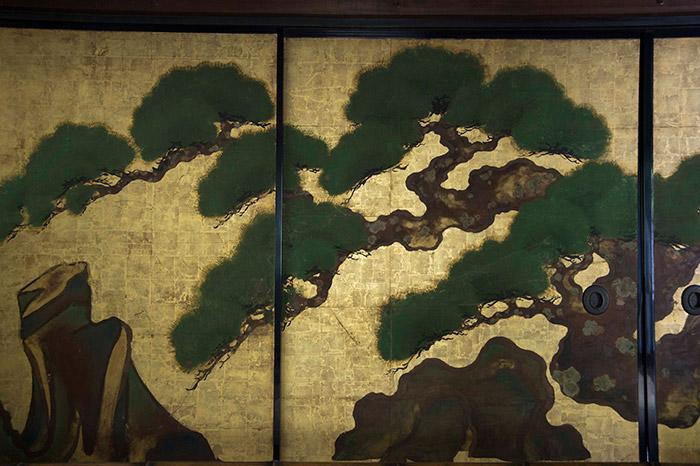 俵屋宗達筆『松図』(養源院)松葉をぼかしで描くことで、常葉の豊かさが伝わる。左の岩の色彩と造形が、「もしかしてドイツ表現主義?」と原田さんに言わせた。本誌18~19ページもあわせてご覧ください。