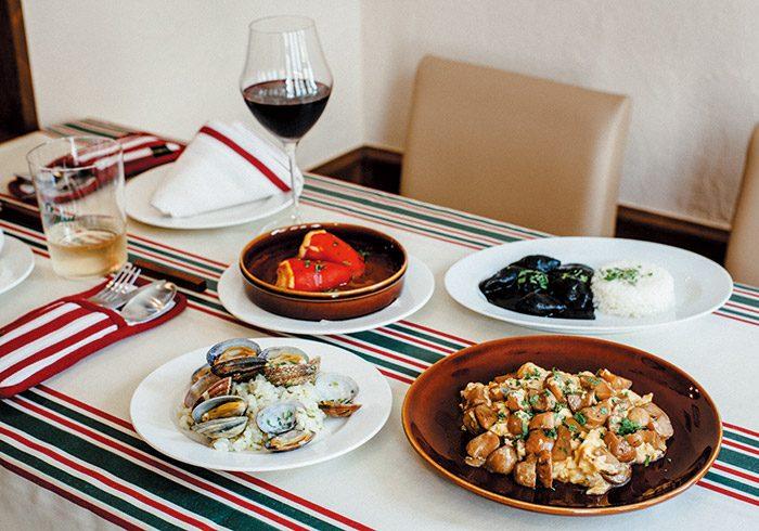 手前・右から、ポルチーノを卵で炒めた、レブエルト・デ・オンゴス¥1,800、アサリご飯¥700(1人前)。奥・右から、小ヤリイカの墨煮conアロス¥1,500、赤ピーマンのバカラオ詰め ビスカイヤソース¥1,000。