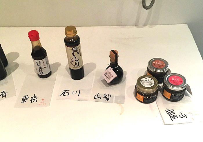 各都道府県から取り寄せられた調味料の数々。その後編集部でおいしくいただきました!