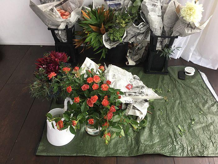 相葉さん撮影で用意された花の数々。このうちどれが相葉さんとコラボしたかは本誌を開いてのお楽しみ。