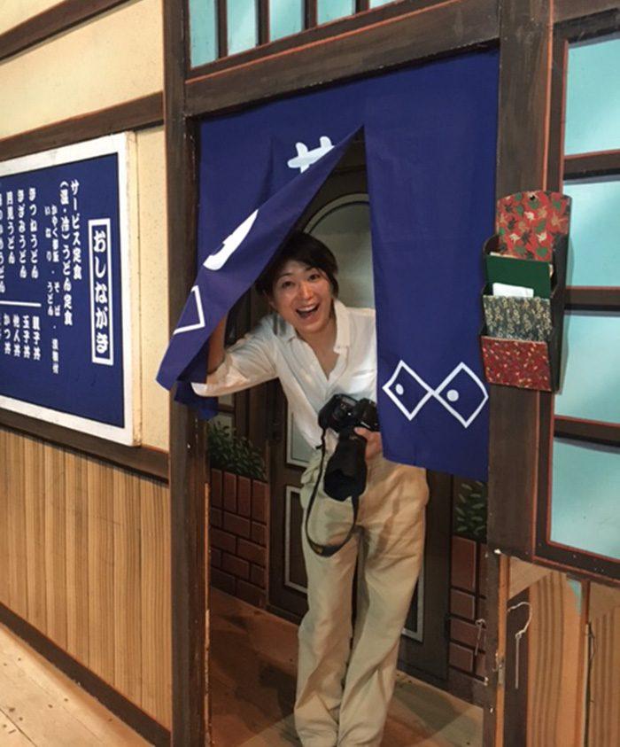 東京グランド花月公演の開演前。吉本新喜劇花月うどんの暖簾をくぐる今津聡子カメラマン。子どもの頃からの夢が叶い感無量。