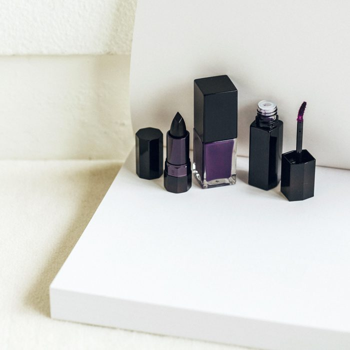 〈セルジュ・ルタンス〉からの新しいコレクション。すべて象徴的なルタンスカラーとも言える、「深淵からの叫び」と名付けられた濃い紫色のシリーズ。左から、口紅¥8,500、ネールラッカー¥6,000、ウォーターリップカラー¥7,000(ザ・ギンザ ☎0120-500824)