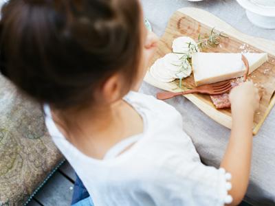 テラスで過ごす団欒のひとときも撮影。一番下の女の子は待ち切れずにチーズをぱくり。