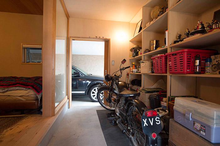 駐車場の隣にある三郎さんの部屋。
