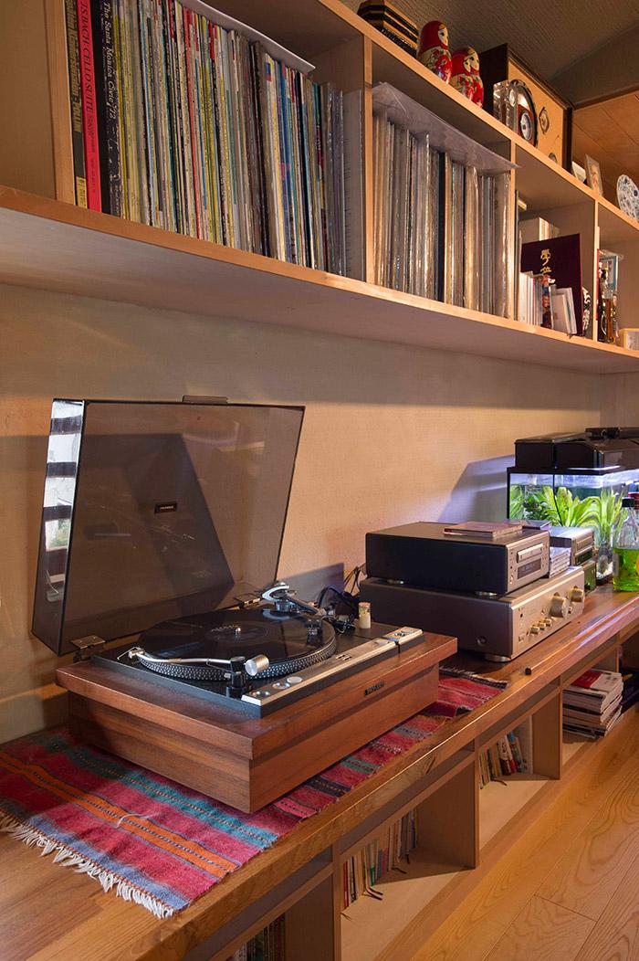 こちらは家族が集うリビング。棚にはずらりとレコードが。