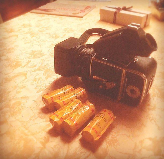 田辺さんの撮影をした、フォトグラファー・阿部裕介さんのカメラ&フィルム。元メンズノンノモデルの田辺さん、「昔の撮影を思い出すな~」と、興味深げに手に取っていらっしゃいました。