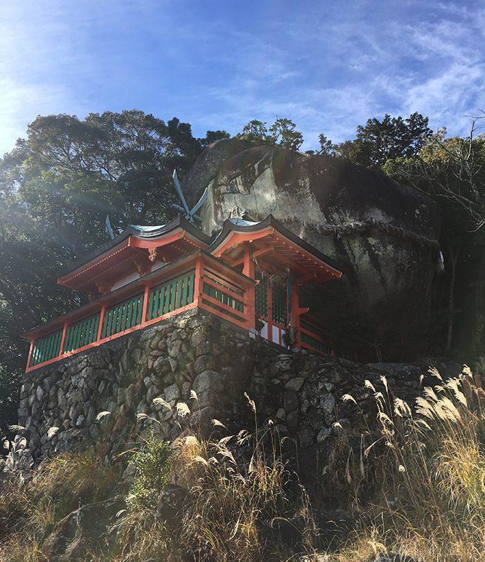 恋愛成就に向けて頑張ろういうことで、いま一部でそのパワーが注目を浴びているような気が個人的にしている熊野の神倉神社の画像を添付します。