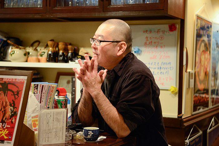 横浜・戸部のミニシアター、シネマノヴェチェント館主の箕輪さん。上映後に声をかけると、「これ、つまんなかっただろ~?」と言いつつ、作品の見どころを教えてくれた。