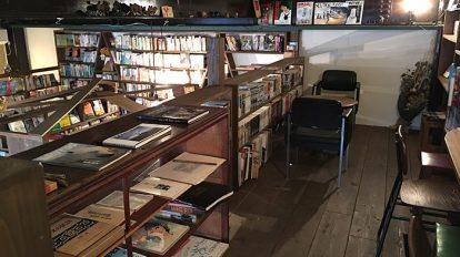 三角形の変わった本棚が目を引く〈まるさんかくしかく堂〉。座ってくつろげるロフトもある。