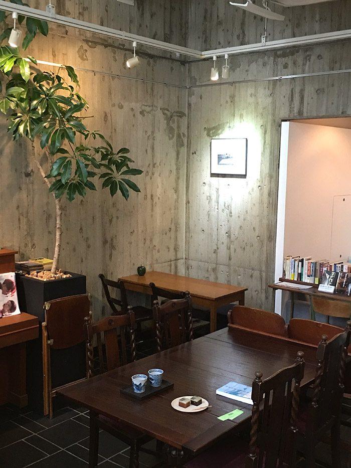 〈ヘイデンブックス〉の、ゆっくり本を楽しむことができる喫茶スペース。
