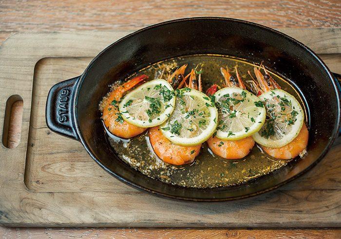 前菜は名物のストウブ料理からチョイス。レモンとアンチョビ風味の「天使の海老 ヴェネツィア風ソテー」1,600円(税込)。