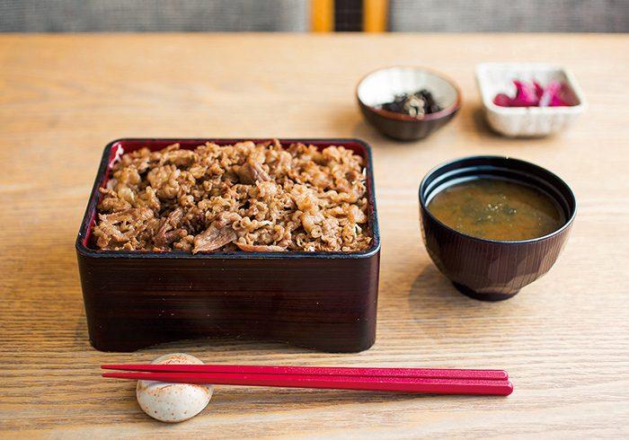 ランチは味噌汁、小鉢、漬物付き2,170円。