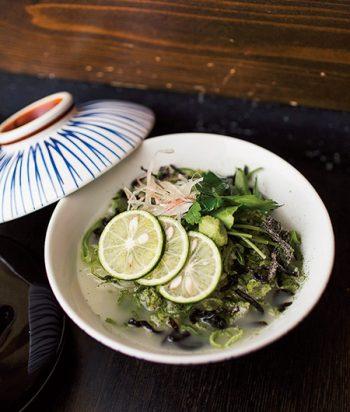 スダチが爽やかに香る「鶏だし茶漬け」690円(各税込)。