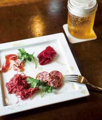 「肉職人・加藤敦 テイスティングセット」1,991円。ビール630円。