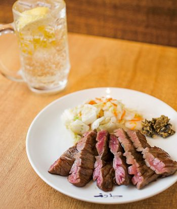 「牛たん焼」は白菜漬と南蛮みそ付きで1,200円。ハイボール450円。
