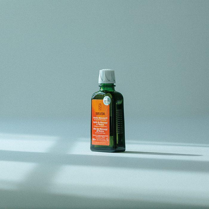 〈ヴェレダ〉の2大キープラントのひとつであるアルニカは、150種類以上もの有用な成分を含んでおり、抽出されるエキスは80年以上にわたり製品に使用されている。「アルニカ マッサージオイル」100ml¥2,600(ヴェレダ・ジャパン ☎0120-070601)