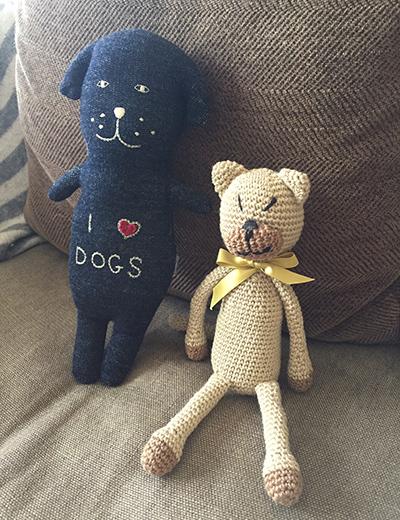 右が、編み猫のサンディーさん。左は千葉・鴨川のショップ〈rulezpeeps〉からやって来たわんぐるみ。名前はまだない。