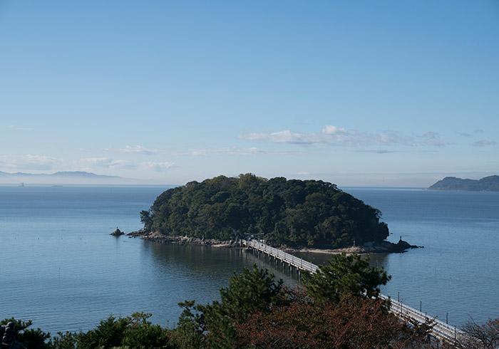 海と山に囲まれた蒲郡。橋で渡れる竹島は、鵜飼さん夫妻の大切な場所。