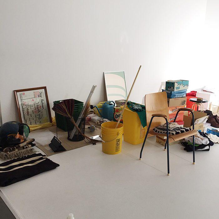 スタジオにずらりと並んだ小道具が、まるでフリーマーケットのような賑わいに…。岡田さんも、ひとつひとつ手に取って眺めながら、楽しんでくださっていました。