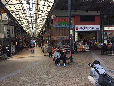 熱海では渋〜いノスタルジックな小旅行デートを提案。駅前にはいきなりアジな商店街。温泉饅頭を売るお店の湯気が風情あります。