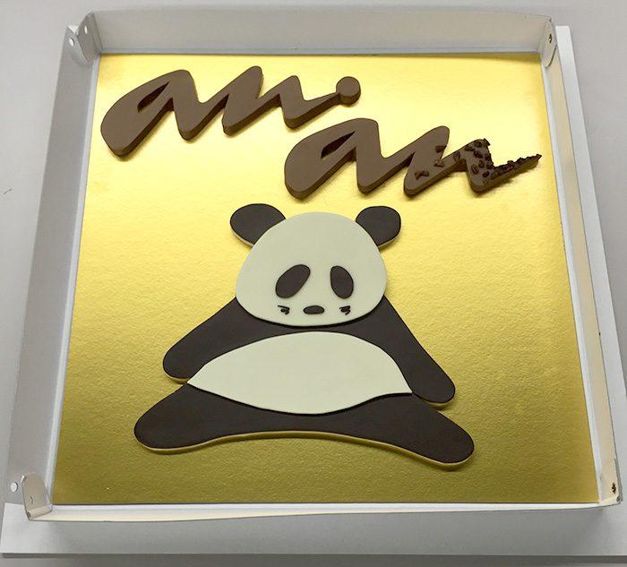 ananのロゴと、キャラクターのパンダをかたどった特製チョコレート。金色の台紙の上に置いたら、なんだかお正月っぽいめでたい感じになりました。作ってくださったのは「ホテル インターコンチネンタル東京ベイ」のエグゼクティブ シェフ パティシエの德永純司さん。パンダチョコは、この他にも誌面のあちこちに登場しますので、ぜひ探してみてくださいね。