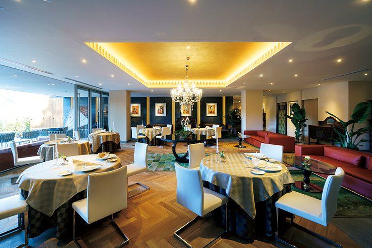 2階ダイニング。パブロ・ピカソ、ミロ、シャガールなどの名画を眺めながら食事が楽しめる。