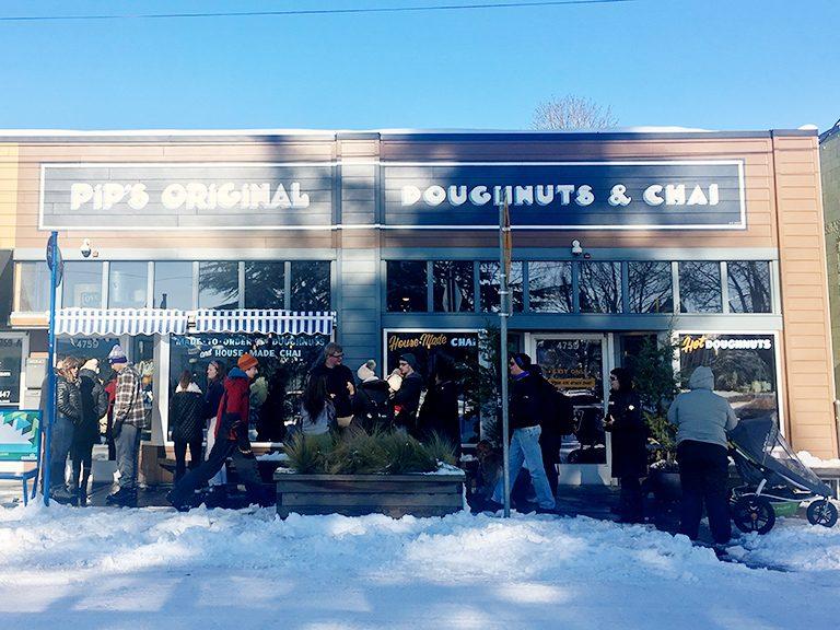 〈ピップス・オリジナル・ドーナツ&チャイ〉の前で雪の中並ぶポートランドの地元の人たち。じつは、店内にも20人くらい待ってるんです。