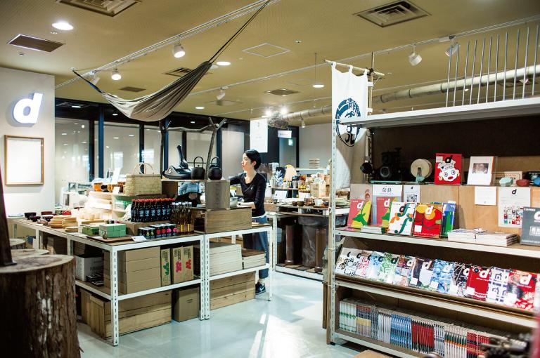 店内のあちこちに古道具や郷土の装飾品が。