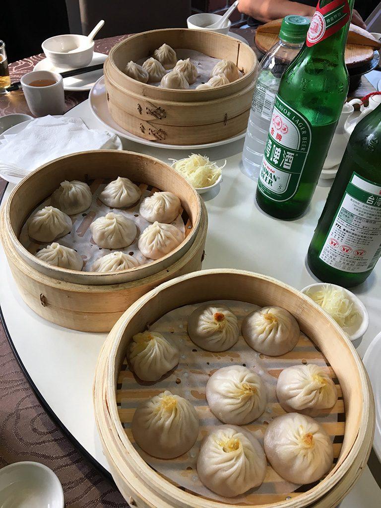 小籠包3種食べ比べ(ノーマルのもの、ヘチマ入り、蟹みそ風味)を打ち上げですから台湾ビールとともに!