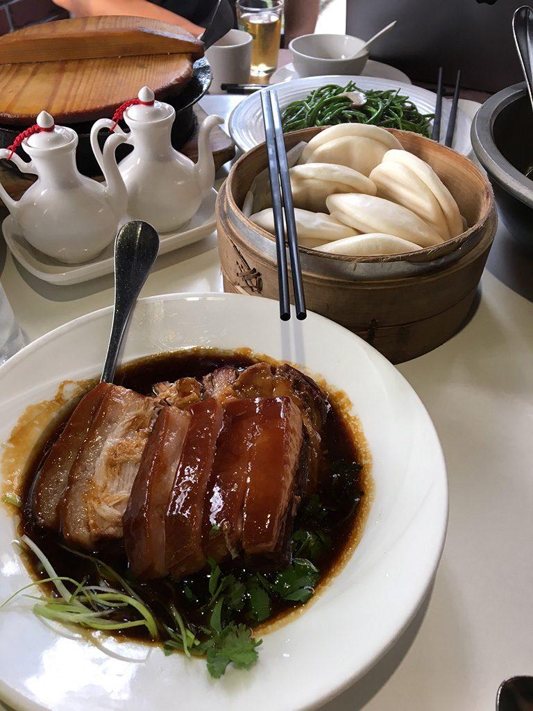 土屋さんも大絶賛の東坡肉(豚の角煮)は中国風パンの花巻にサンドして。