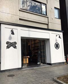 神田明神の鳥居のすぐ横に店を構える『Y.&SONS』。