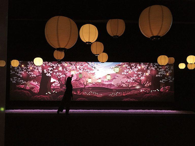 スクリーンに手をかざすと一面が桜に。