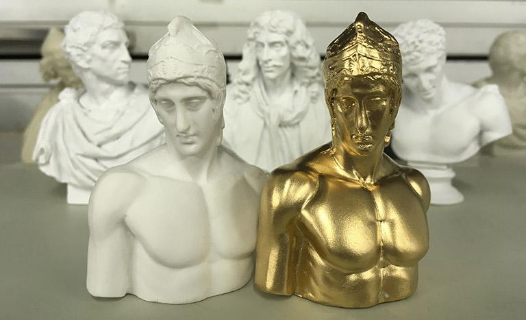 誰もが憧れる筋肉ボディのマルス像。総扉で登場する白以外にも金色も。