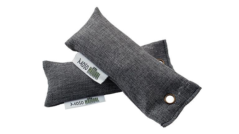 竹炭を麻の袋に入れて作られた、全てが天然素材の消臭剤〈Moso bag〉。最高級モウソウ竹炭のみを使用しており、悪臭・アレルギー源の除去や、湿気の吸い取りなどに効果的。スタイリッシュなデザインで、インテリアにもマッチするのが嬉しい。価格2,480円(靴用50g 2個、編集部調べ)。